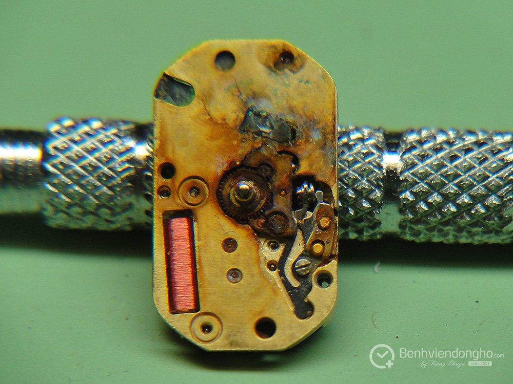 hau qua cua viec lau ngay khong thay pin - Bao nhiêu lâu nên thay Pin cho đồng hồ?