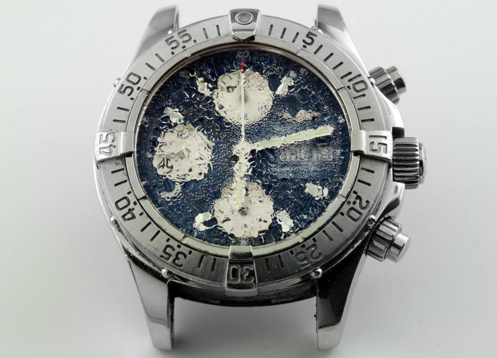 Nuoc va dong ho 1 1024x738 - Phải làm gì khi đồng hồ bị nước vào?