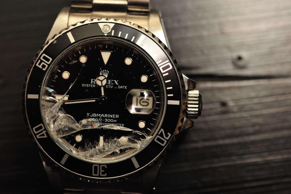 Đồng hồ bị vỡ kính nên lau dầu bảo dưỡng
