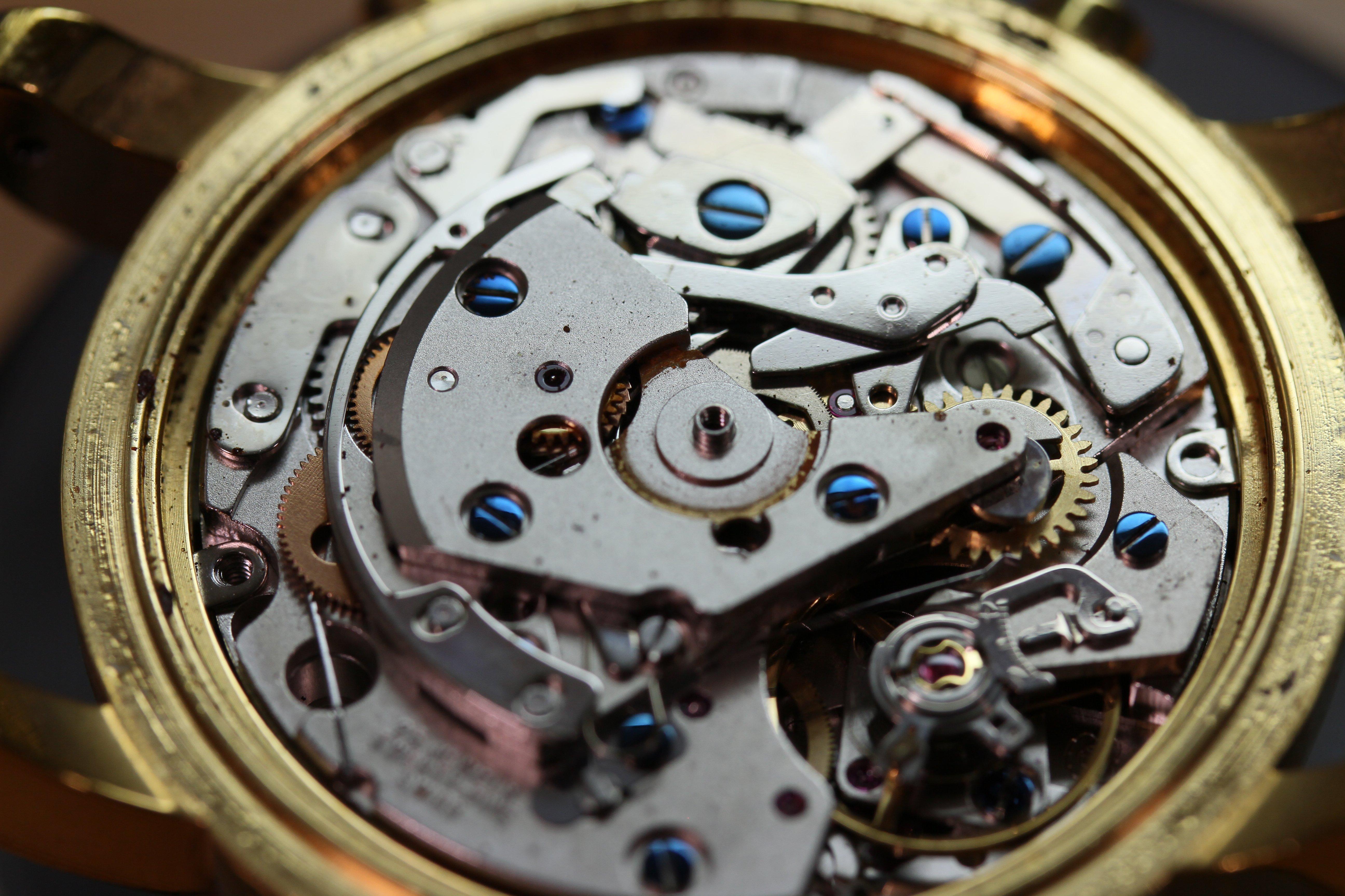 Mẫu đồng hồ Montblanc bị gỉ sét và rất nhiều bụi trong máy