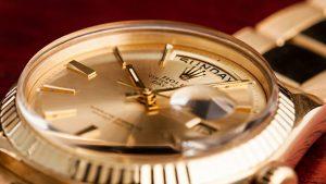 ng hồ Rolex sử dụng kinh Mica 300x169 - Cách Vệ Sinh Và Lau Dầu Đồng Hồ Rolex Chuẩn Thụy Sĩ