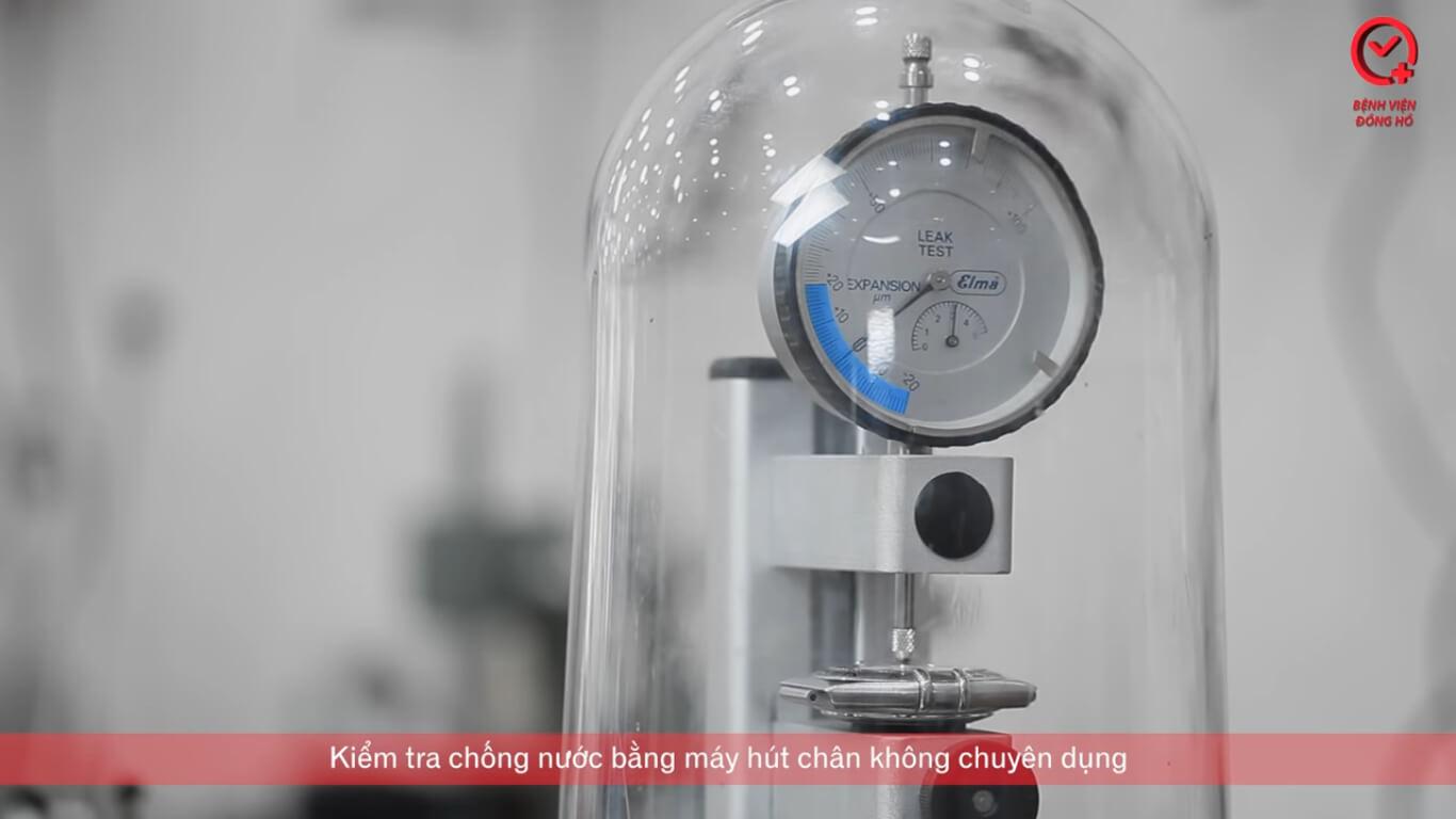 Kiểm tra chống nước bằng máy nén khí chuyên dụng - Căn Chỉnh Nhanh Chậm Đồng Hồ Cơ | Bệnh Viện Đồng Hồ