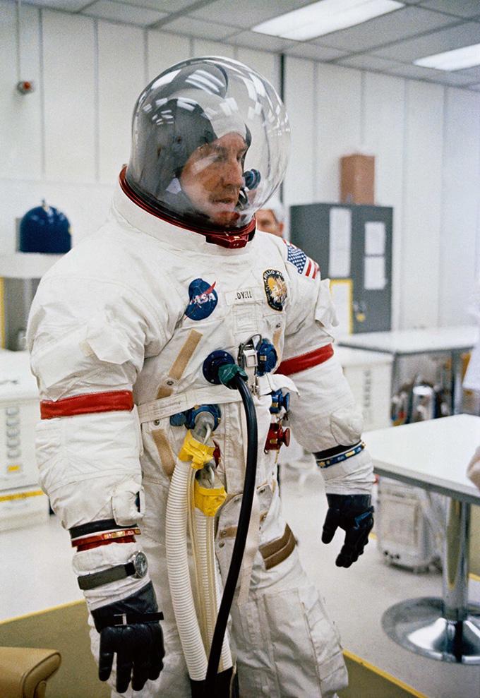 Jim Lovell, Chỉ huy của Apollo 13, chuẩn bị cho buổi ra mắt, chiếc Omega Speedmaster của anh ấy quấn quanh bộ đồ bay của mình